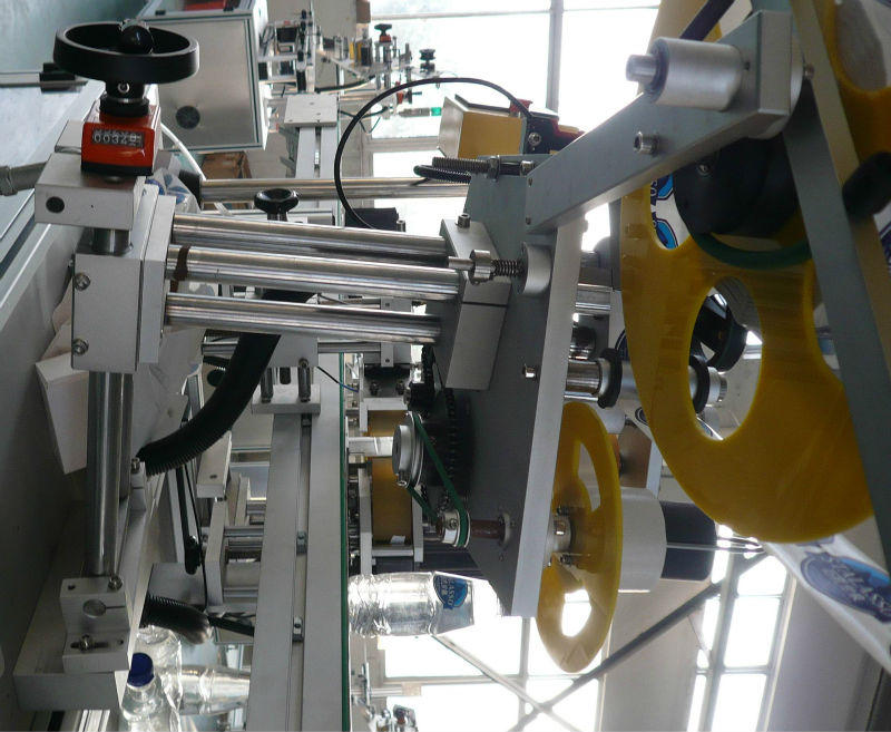 Labeller vertical and horizontal position adjustable supportor